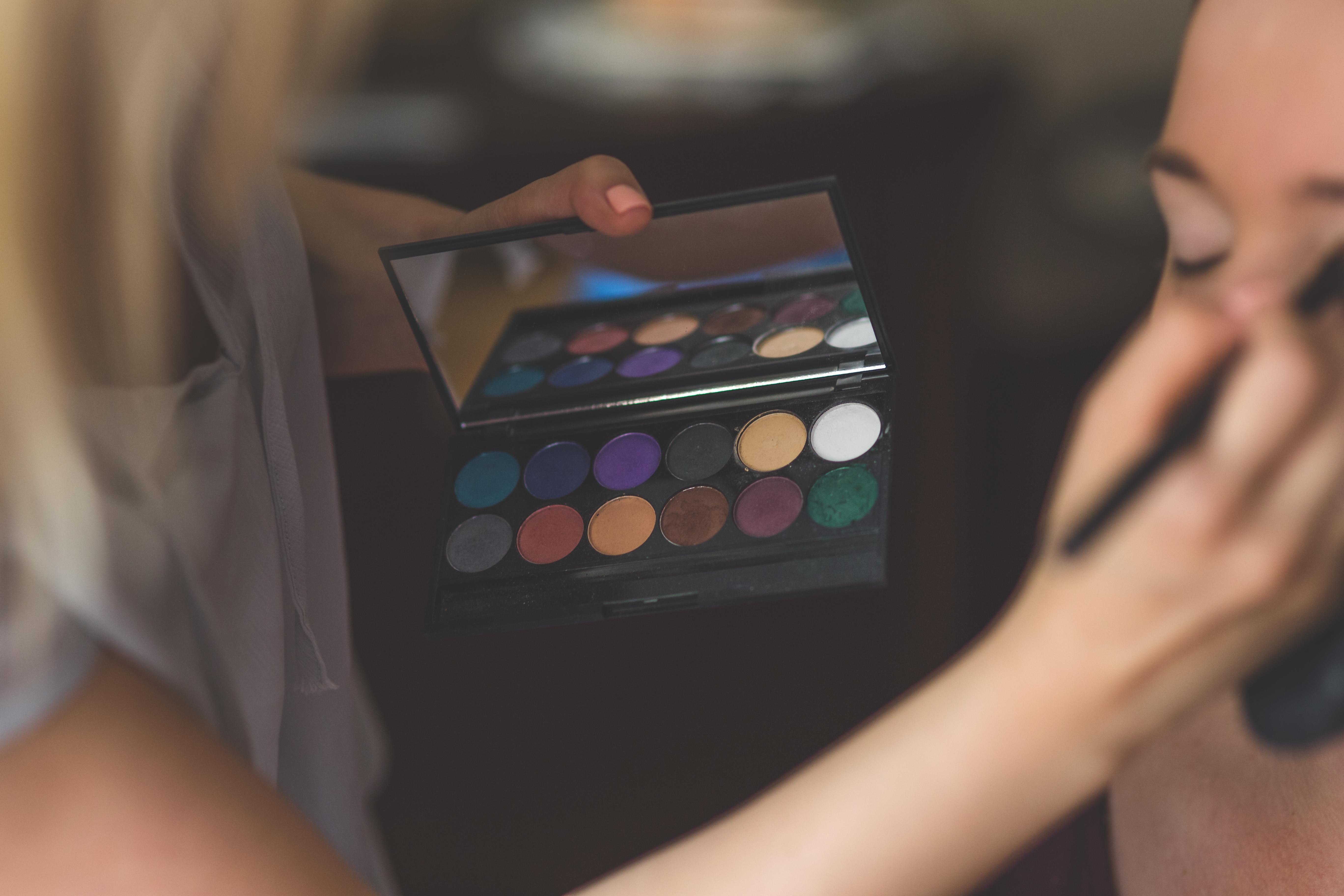 ee2d6dc511b4d6 Das Make-up am Event-Tag und ein Probe Make-up vorher (um Intensität und  Farben zu definieren) kostet 80,00 Euro. Eine Vorauskasse von 50,00 Euro  ist am Tag ...